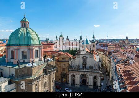 Prag. Blick über die Altstadt vom Turm am Ende der Karlsbrücke, Prag, Tschechische Republik - Stockfoto