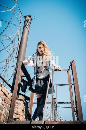 Outdoor Portrait des Mädchens schön traurig Grunge (Rock). Film-Effekt (nicht Kamera Rauschen!) - Stockfoto