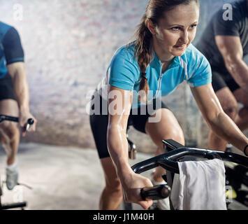 Frau auf Cardio Training auf Fahrrad, Training, Sport und gesunde Lebensweise - Stockfoto