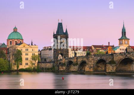 Die berühmte Karlsbrücke in Prag in der Tschechischen Republik bei Sonnenuntergang - Stockfoto