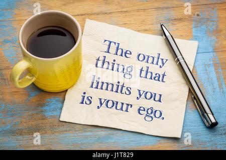 Das einzige, das was Sie Grenzen ist Ihr Ego - Handschrift auf einer Serviette mit einer Tasse Espressokaffee - Stockfoto