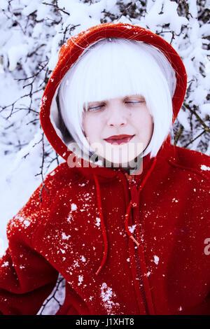 Junge Frau mit roter Haube und weiße Haare im winter - Stockfoto