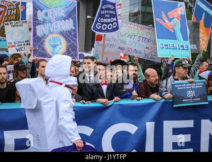 Washington DC, USA. 22. April 2017. Bill Nye führt eine Gruppe von Aktivisten und Demonstranten an einer Demonstration - Stockfoto