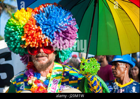 RIO DE JANEIRO - 11. Februar 2017: Brasilianer in bunten Kostümen feiern Karneval an einem Nachmittag Straßenfest - Stockfoto
