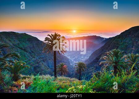 Schöne Aussicht auf atemberaubende tropische Landschaft mit exotischen Palmen und Bergtäler über weite Meer im goldenen - Stockfoto
