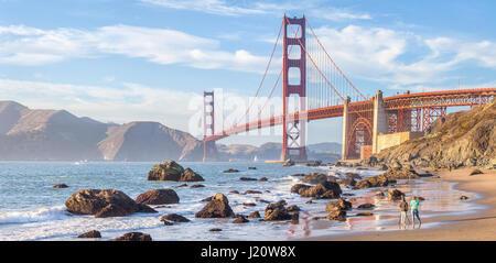 Klassische Panorama der berühmten Golden Gate Bridge gesehen vom malerischen Baker Beach im schönen goldenen Abendlicht bei Sonnenuntergang, San Francisco, USA