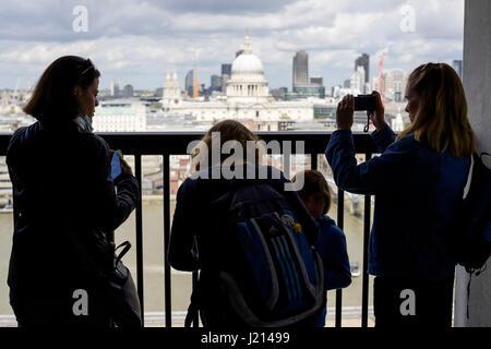 Menschen genießen Sie den Blick vom Schalter Haus anzeigen bei Tate Modern London UK - Stockfoto
