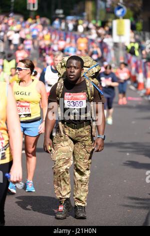 Lustige Läufer im Jahr 2017 London Marathon. Die Massen der Spaß Läufer erhöhen Unsummen für wohltätige Zwecke, - Stockfoto