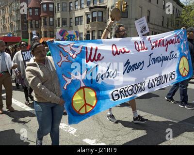 New York City, NY, USA. 23. April 2017. Hunderte von Demonstranten versammelten sich in Harlem zu sammeln und zu - Stockfoto