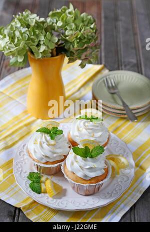 Cupcakes. Lemon Cupcakes auf alten Holztisch - Stockfoto