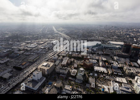 Luftaufnahme von Los Angeles 10 und 110 Autobahnen mit am Nachmittag Wolken in Südkalifornien. - Stockfoto