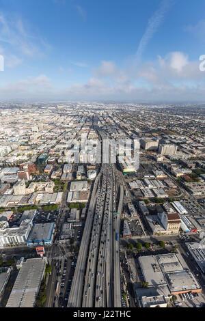 Los Angeles, Kalifornien, USA - 12. April 2017: Luftaufnahme des Nachmittags Verkehr auf der Santa Monica 10 Autobahn - Stockfoto