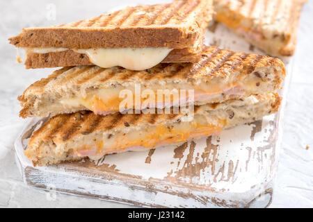 Gegrilltes Käse-Sandwich mit Schinken - Stockfoto