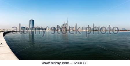 Skyline von Dubai mit dem Wasserkanal, Dubai Design District (links) und Burj Khalifa der legendären Wolkenkratzer, - Stockfoto