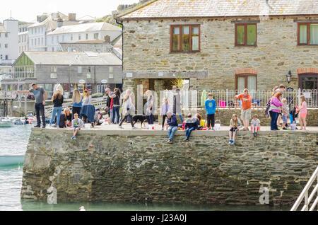 Kinder und Erwachsene Krabben auf Victoria Quay in Salcombe, Devon - Stockfoto