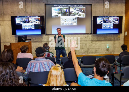 Florida, FL, Süd, Miami, National Hurricane Center, NHC, NOAA, National Weather Service, Open House, Interieur, Präsentation, Erwachsene Erwachsene Mann Männer ma
