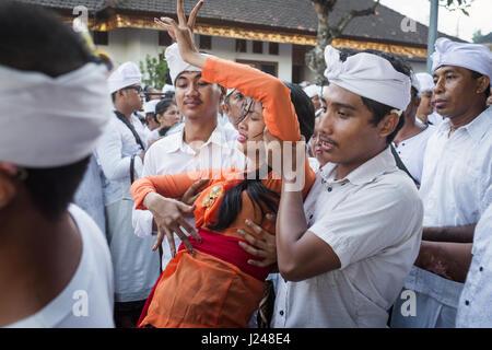 Kesiman, Denpasar, Bali, Indonesien. 23. April 2017. Balinesische Frau in Trance von hinduistischen Anhänger auf - Stockfoto