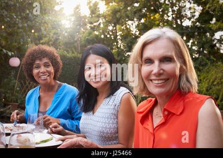 Porträt von Reifen Freundinnen genießen Mahlzeit im freien - Stockfoto