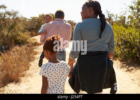 Großeltern und Enkel gehen im Lande zusammen - Stockfoto