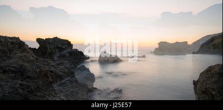 die felsige Küste Griechenlands auf einen Familienurlaub auf Rhodos, Kallithia, Griechenland - Stockfoto