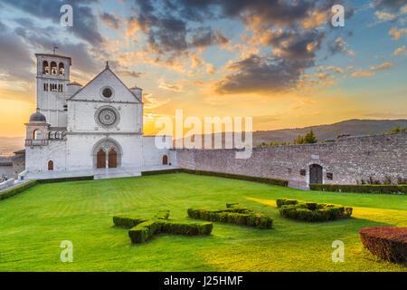 Berühmte Basilika des Heiligen Franziskus von Assisi (Basilica Papale di San Francesco) mit Pax melden Sie sich - Stockfoto