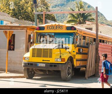 1950er Jahre alten gelben amerikanischen Schulbus, Kuba Stockfoto