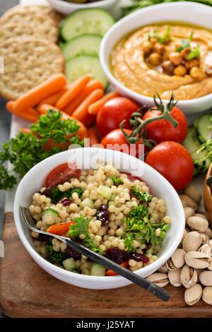 Perle Couscous-Salat mit frischem Gemüse und Kräutern - Stockfoto