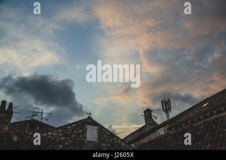 Dramatischer Wolkenhimmel in der Abenddämmerung über Vis, Kroatien - Stockfoto