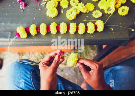 Blumengirlanden Verkäufer Vorbereitung für hinduistische fromme Zeremonie - Kuala Lumpur, Malaysia - selektiven - Stockfoto