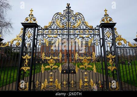 Geschmiedete Eisen Tore des Kensington Palace, London, England, UK, Europa - Stockfoto