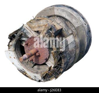 Holz verfault Vintage drum Zahnräder mit einer rostigen Eisen-Achse aus einer Windmühle. Auf Outdoor-Weißbild isoliert - Stockfoto