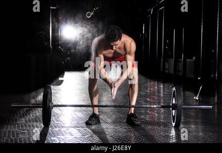 Nahaufnahme der muskulöse Athleten Händeklatschen vor Langhantel worko - Stockfoto