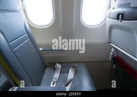 Leere Flugzeug Sitz durch das Fenster - Stockfoto