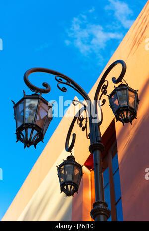 """Detail einer Straßenlaterne in der bunte Nachbarschaft von """"La Boca"""". Buenos Aires, Argentinien. - Stockfoto"""