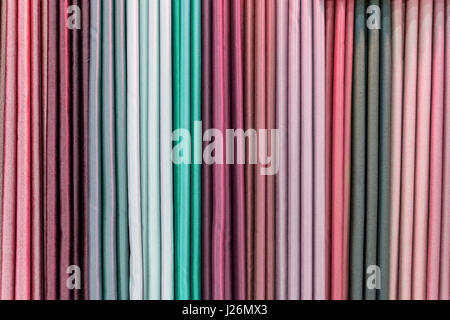Bunten Vorhang Proben auf einer Schiene in einem Display im Ladengeschäft von Kleiderbügel hängen - Stockfoto