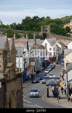 Blick entlang der Conwy High Street von der Burg - Stockfoto