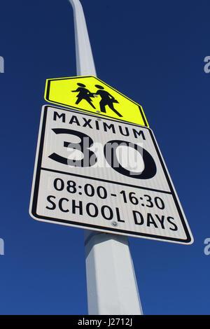 Tempolimit Schild im Schulbereich - Stockfoto
