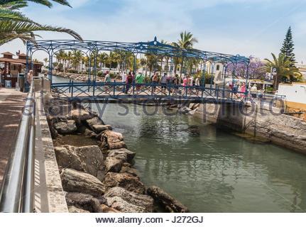 Touristen zu Fuß über die Brücke bei Puerto de Mogan auf Gran Canaria, einer der Kanarischen Inseln. - Stockfoto