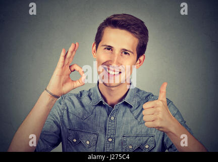 Enthusiast Mann mit Daumen nach oben und Ordnung Handbewegung - Stockfoto