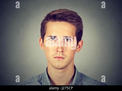 Ernster Mann auf grauem Hintergrund isoliert - Stockfoto