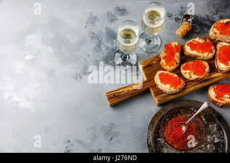 Sandwiches mit Lachs rot Kaviar und Champagner auf konkrete Hintergrund Textfreiraum - Stockfoto