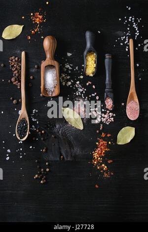 Vielzahl von verschiedenen bunten Salz Gelb Safran, rosa, schwarz Himalaya, weißen Meer und Fleur de Sel in Holzlöffel - Stockfoto