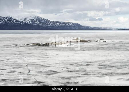Schweden, Norrbottens Län, Björkliden, den gefrorenen See Torneträsk Amm Abisko Nationalpark, das Eis schmelzen - Stockfoto