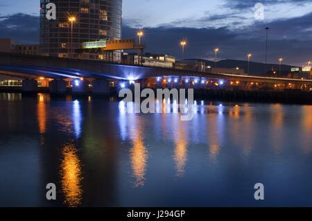 Die M3 Cross Harbour Brücke über den Fluss Lagan Belfast, Nordirland, Vereinigtes Königreich. Eine der Brücken im - Stockfoto
