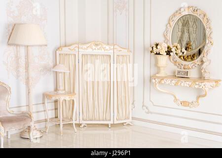 Luxus schlafzimmer in hellen farben mit goldenen m bel for Vintage farben mobel