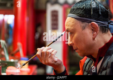 China, Provinz Sichuan, Chengdu, Performer gilt traditionellen Make-up, bevor chinesische Oper an Shu Feng Ya Yun - Stockfoto