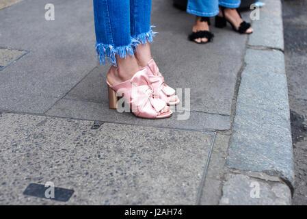 Niedrigen Bereich Detail der Frau in Stöckelschuhen stehen in der Straße - Stockfoto