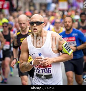 St. Jame's Park, London, UK. 23. April 2017. Tausende Teil in der 37 London Marathon nehmen - Stockfoto