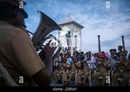 Polizei-Musiker bieten ein Konzert vor dem Denkmal zur Erinnerung an Mahatma Gandhi - Stockfoto