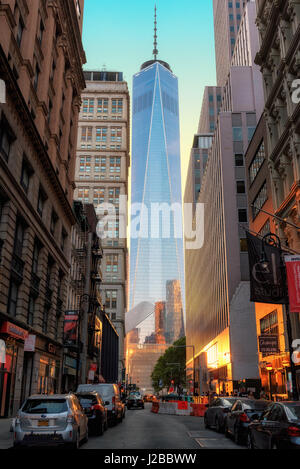 Sonnenuntergang in Manhattan und One World Trade Center von der Straße in New York City. - Stockfoto